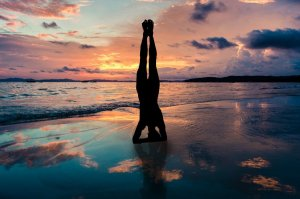 short-term-goals-aruba-yoga-hand-stand-aruba-blog-caribmedia